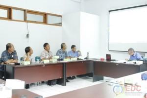 Peserta mempresentasikan hasil observasi didepan instruktur