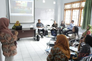 Instruktur memberikan komentar dan masukan terhadap presentasi peserta
