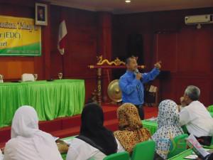 Dr. M. Rohmadi, M.Hum (Ketua EDC) memberikan arahan kepada peserta
