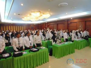 Peserta bersama-sama menyanyikan lagu Indonesia Raya
