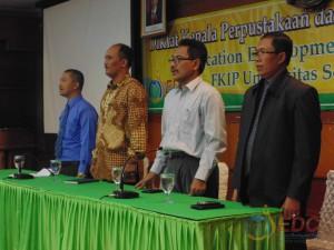 Instruktur bersama-sama menyanyikan lagu Indonesia Raya