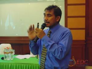 Dr. Sarwanto, M.Si menyampaikan materi diklat