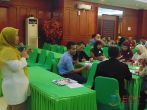 Dr. Tri Murwaningsih, M.Pd menyampaikan materi diklat