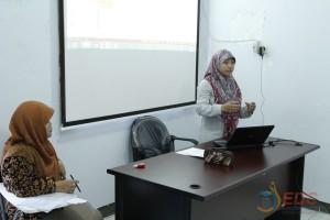 Peserta menyampaikan hasil observasi didepan instruktur dan peserta yang lain