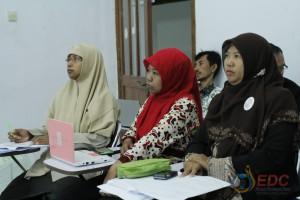 Peserta memperhatikan hasil observasi peserta yang lain